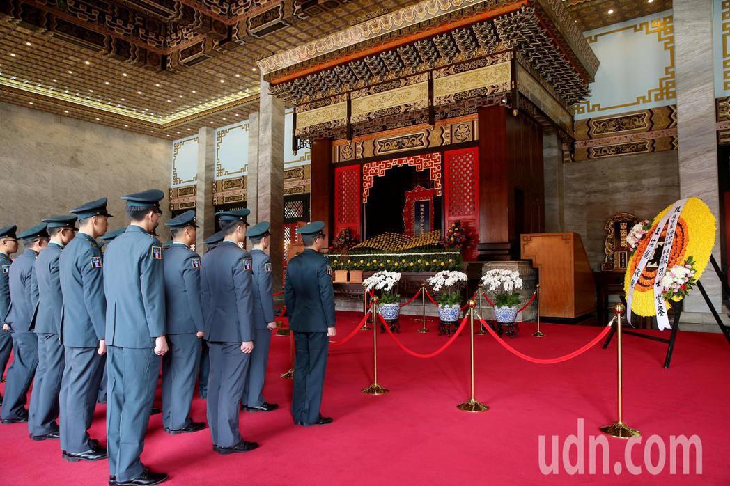陸軍司令部上午在台北忠烈祠為趙仲容少將等五位烈士舉行入祀安位典禮,多位官兵一同到...
