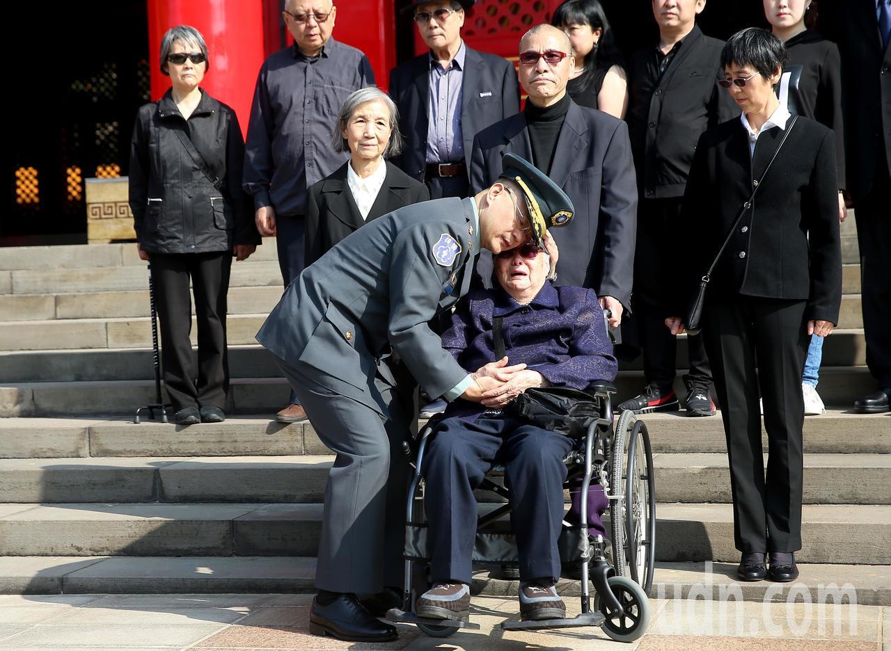 陸軍司令部上午在台北忠烈祠為趙仲容少將等五位烈士舉行入祀安位典禮,一位烈士家屬激...