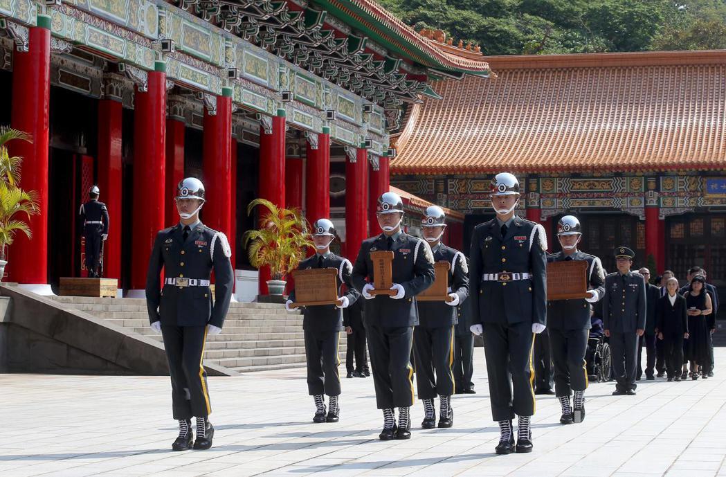 陸軍司令部上午在台北忠烈祠為趙仲容少將等五位烈士舉行入祀安位典禮。記者余承翰/攝...