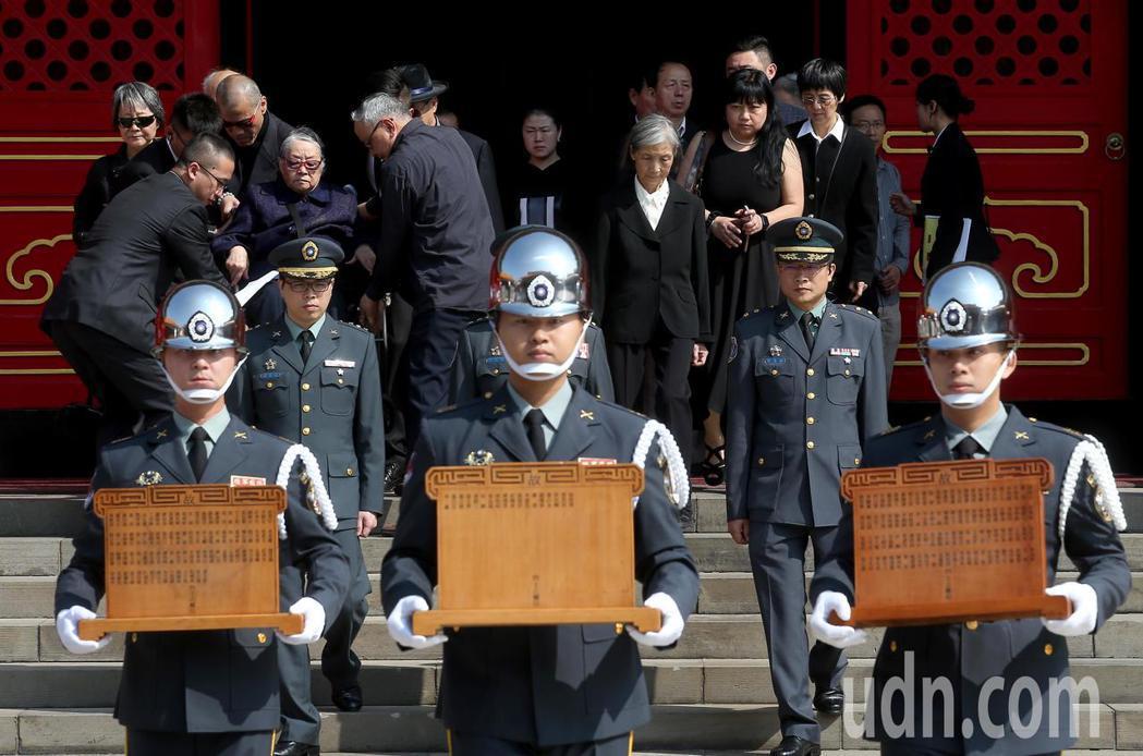 陸軍司令部上午在台北忠烈祠為趙仲容少將等五位烈士舉行入祀安位典禮,多位烈士家屬到...