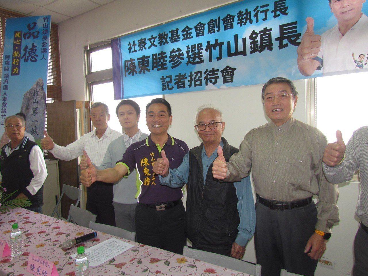 陳東睦(右三)上午在支持者陪同下宣布參選竹山鎮長。記者張家樂/攝影