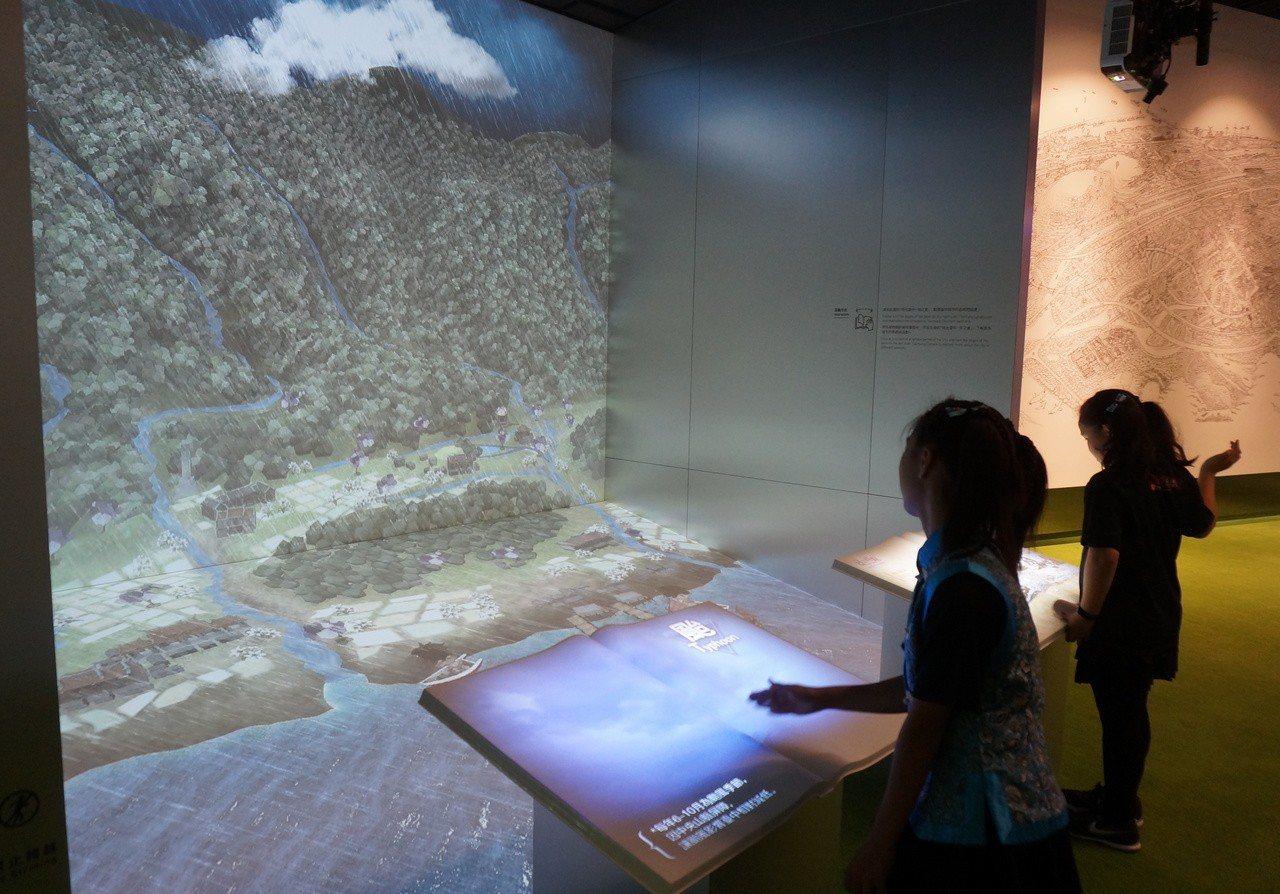 台中市政願景館今開放試營運,現場有可隔空翻閱的立體投影書籍,體驗互動樂趣。記者洪...