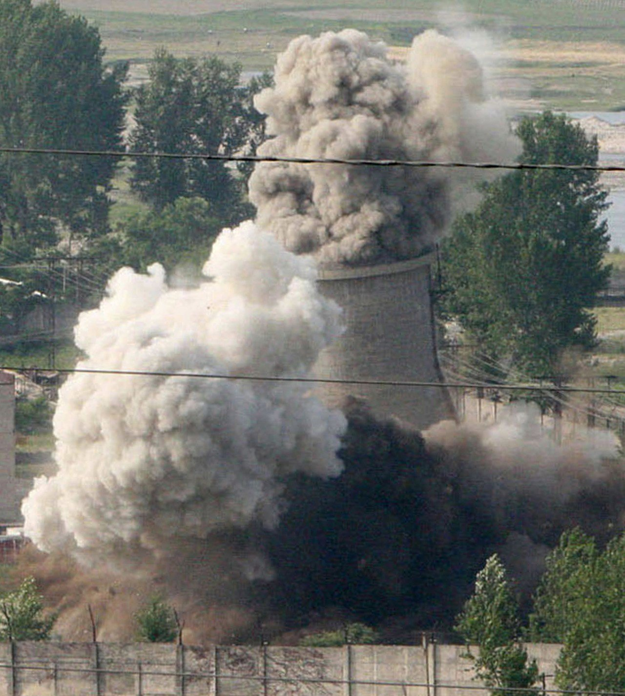 在這張2008年6月27日的檔案照中,北韓按照當時六方會談約定,摧毀寧邊核設施的...