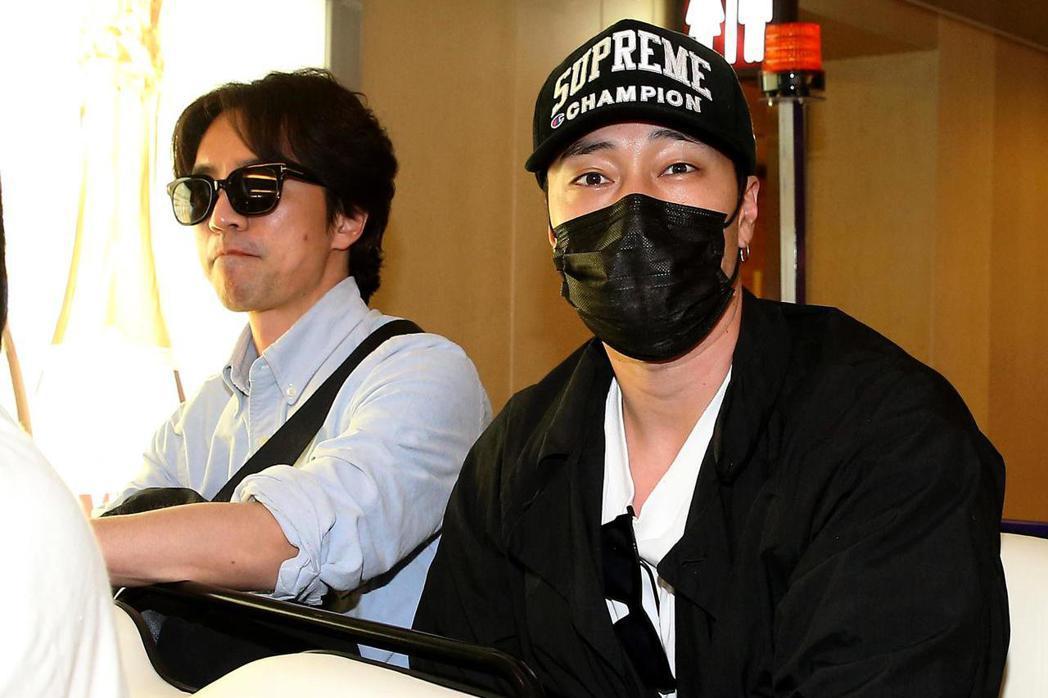 南韓藝人蘇志燮(右)27日中午搭機抵台。記者陳嘉寧/攝影