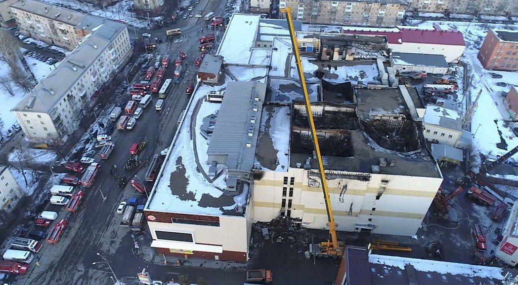 俄國「冬日櫻桃」商場大火導致64人死亡,空拍照可見商場4樓的戲院天花板被燒到塌陷...