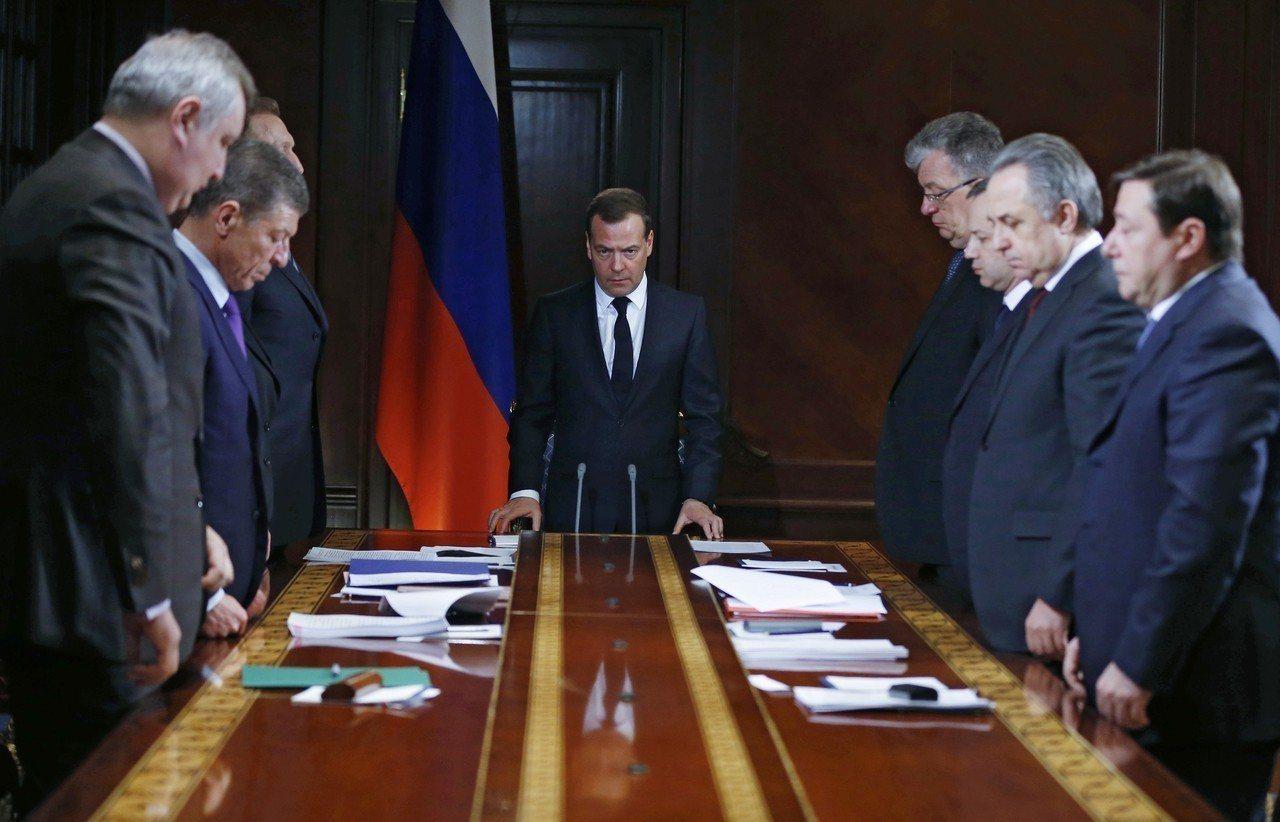 俄羅斯總理麥維德夫與副總理等官員一同為罹難者默哀,這是俄國近10年來傷亡最慘重的...