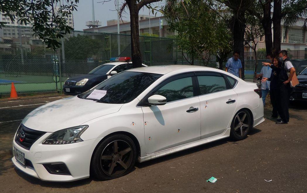 檢警今天下午勘查中彈的轎車。記者林保光/攝影