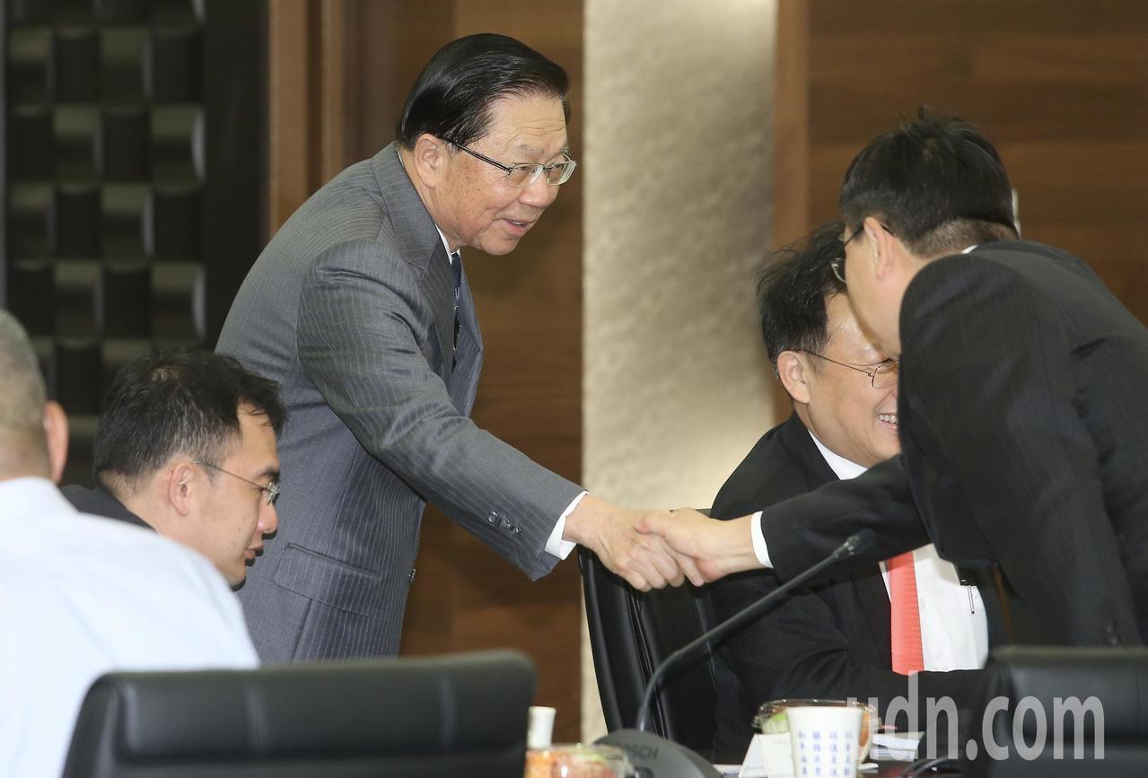 海基會下午召開董監事會議,原任董事長田弘茂(左)最後一次主持會議,他在會前與同仁...
