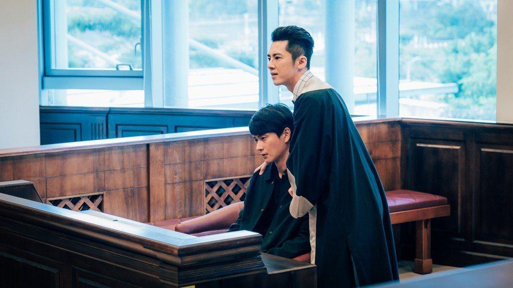 李國毅(右)劇中幫劉冠廷辯護。圖/歐銻銻娛樂提供
