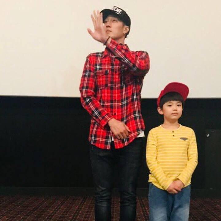 蘇志燮24日宣傳電影時穿格子襯衫搭Supreme X CHAMPION棒球帽。圖...