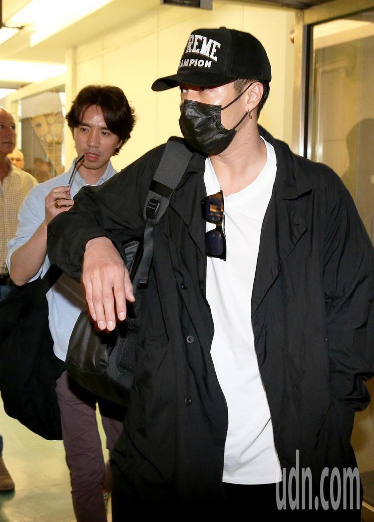 蘇志燮27日抵台時身穿簡約的黑白色系搭襯Supreme X CHAMPION棒球...