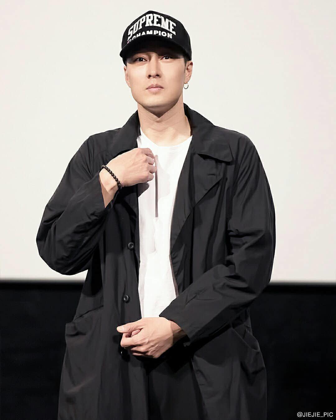 蘇志燮在韓國宣傳電影時的穿搭。圖/取自@jiejie_pic IG