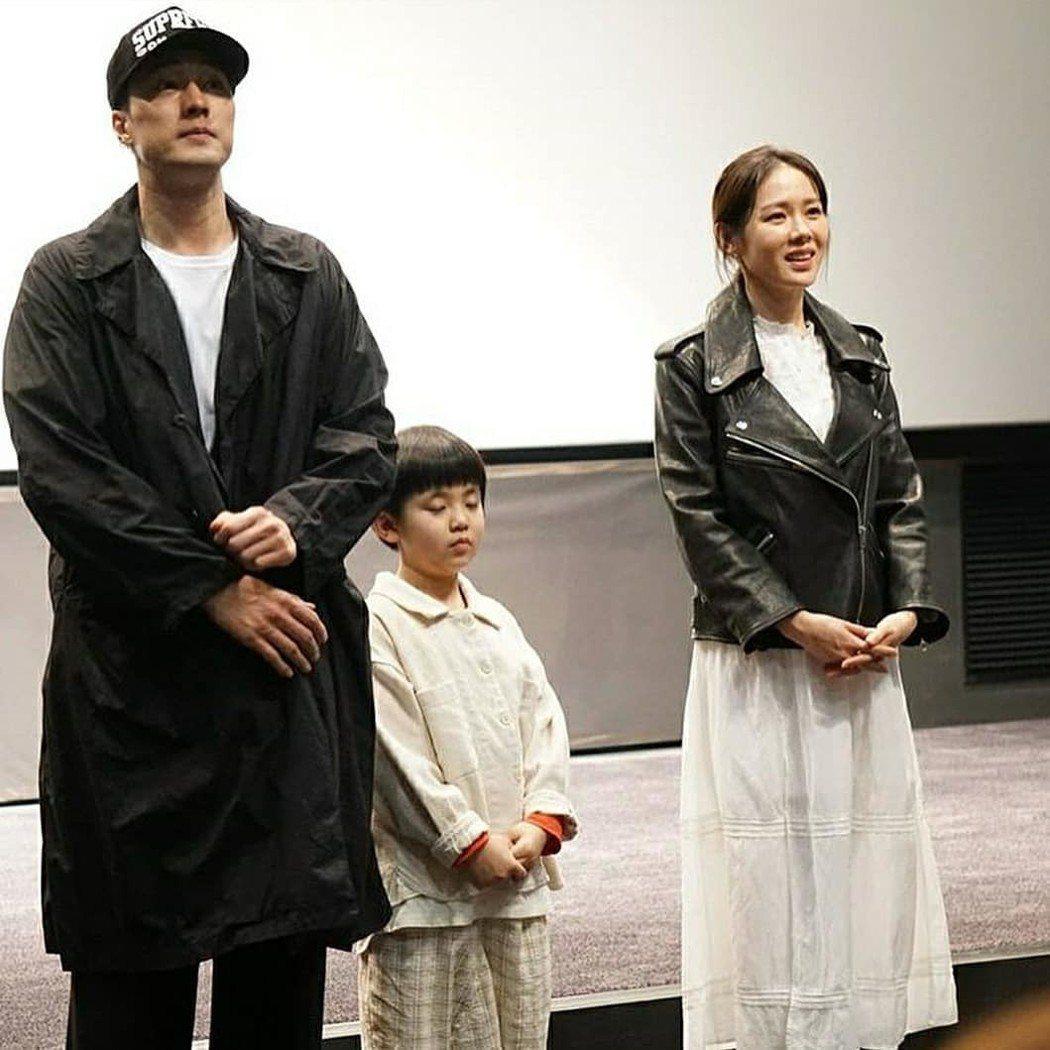蘇志燮25日在韓國和女主角《雨妳再次相遇》蘇藝珍宣傳電影時的穿搭和抵台是同一套。...