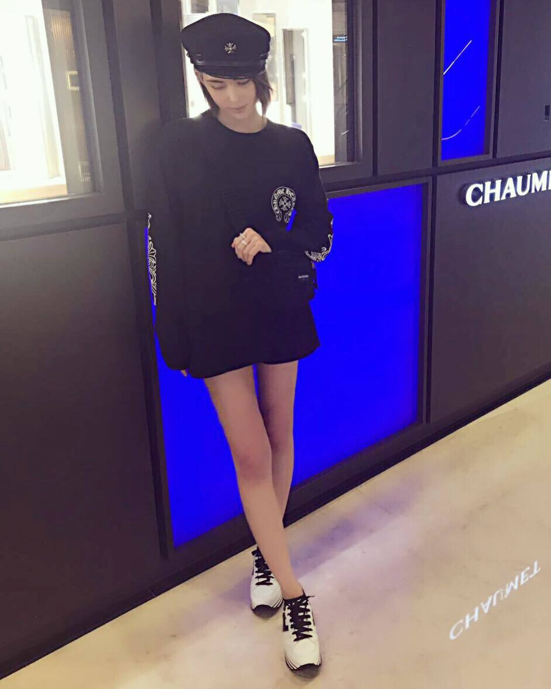 昆凌穿上MAXI H222黑白撞色繫帶休閒鞋的造型,帥氣可愛。圖/摘自昆凌IG