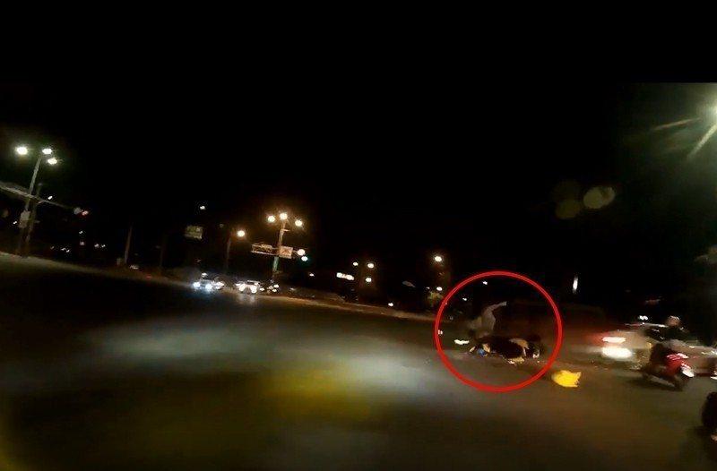 吳姓男子駕駛BMW闖紅燈撞擊柯姓騎士。記者林孟潔/翻攝