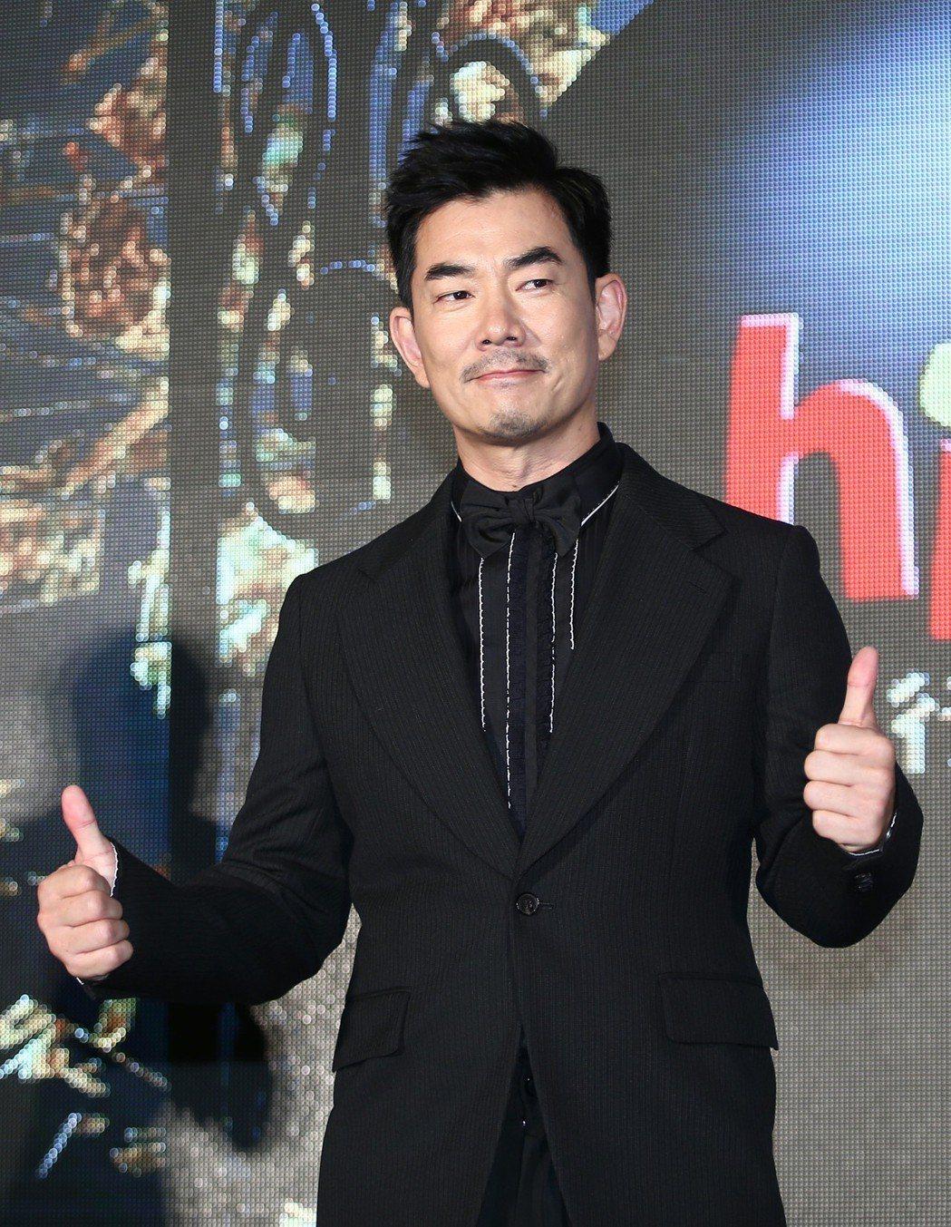 任賢齊出席hito流行音樂獎頒獎典禮記者會,被主持人拱著和歌迷約定將出新專輯。記