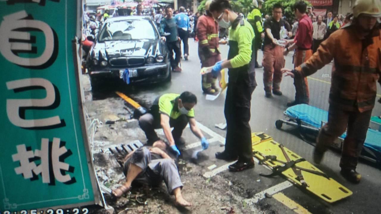 67歲阮姓男子今天開車載著妻子到新竹市區買便當,轎車疑似暴衝,車子失控撞上2人,...