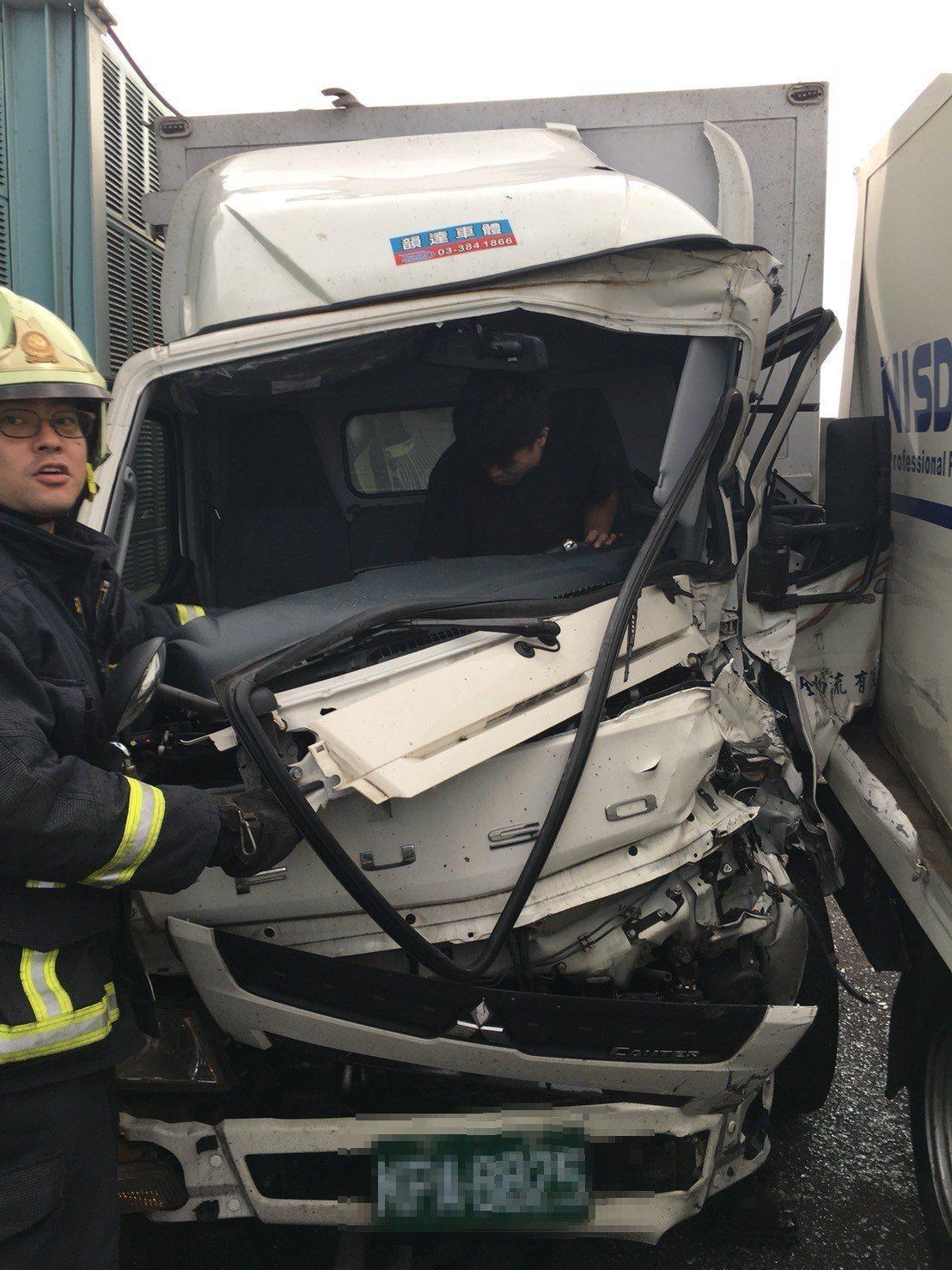 貨車28歲駕駛左腳開放性骨折受困車內。 記者林昭彰/翻攝
