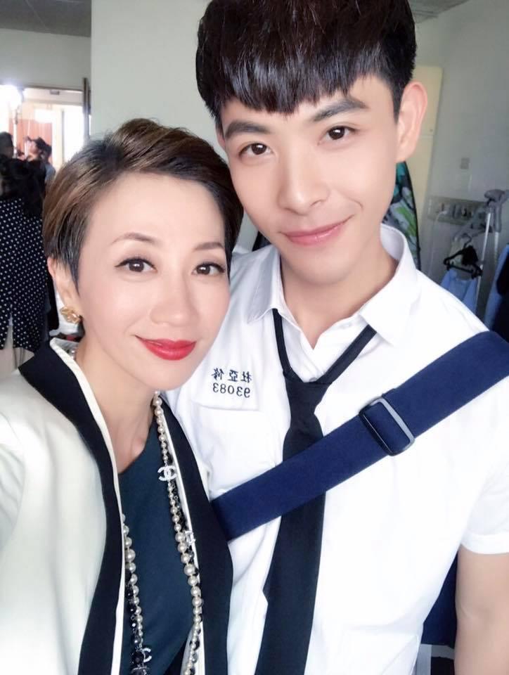 連晨翔(右)與潘奕如劇中演母子。圖/摘自臉書