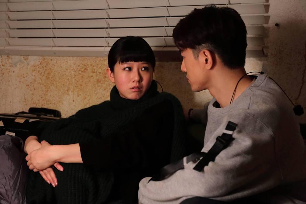 方志友(右)、張立昂拍攝「噬膽72」。圖/緯來電影台提供