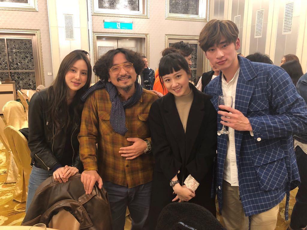 方志友(右二)第二胎產後復出拍攝導演北村豐晴新戲「噬膽72」。圖/緯來電影台提供