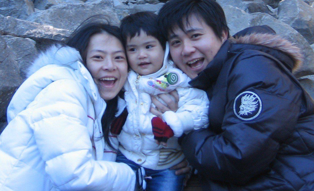 林煜舜的妻子林孟珊(左)為夫用英語替影片旁白。圖/摘自林煜舜臉書