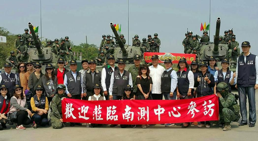 嘉義縣議會團隊成員,對國軍堅實的戰力留下深刻的印象。圖/讀者提供