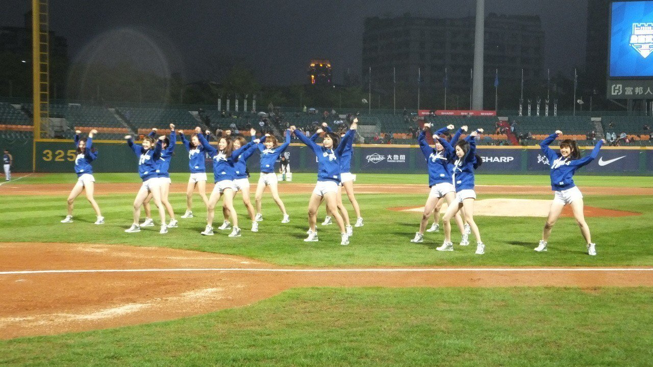 Fubon Angels啦啦隊今年擴編至14人,吸引球迷目光。記者藍宗標/攝影