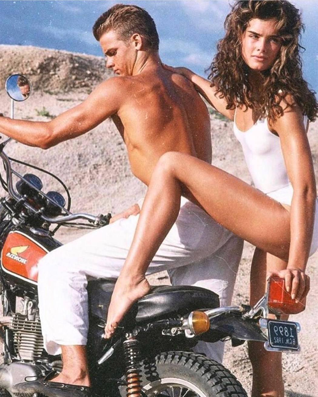 布魯克雪德絲年紀很小就當模特兒,當時就秀出修長美腿。圖/摘自Instagram