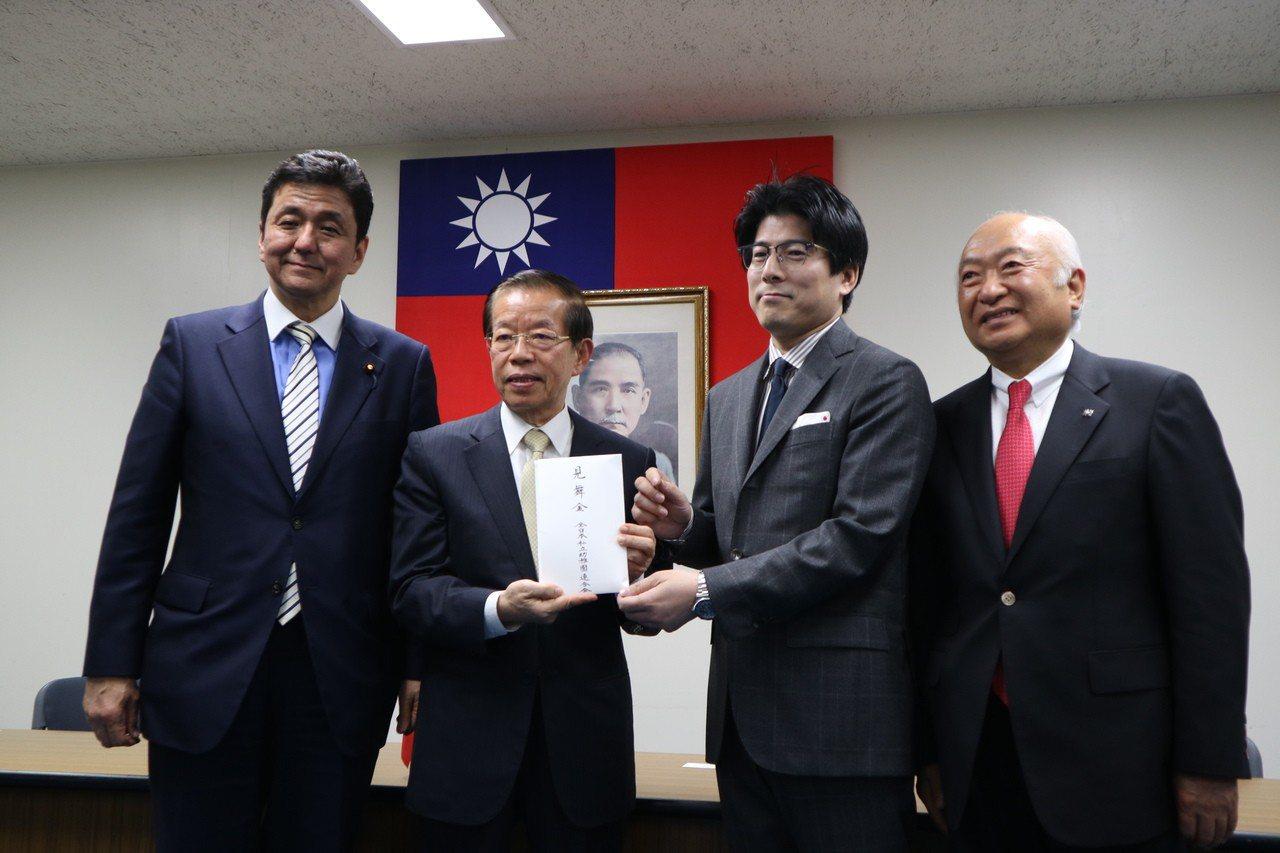 駐日代表謝長廷今日接受山口縣議會與全日本私立幼稚園聯合會捐款。左起依序為日本眾議...