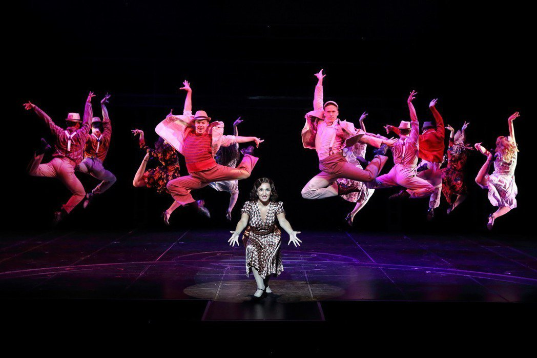 音樂劇「艾薇塔」充滿熱鬧的歌舞場面。圖/寬宏藝術提供