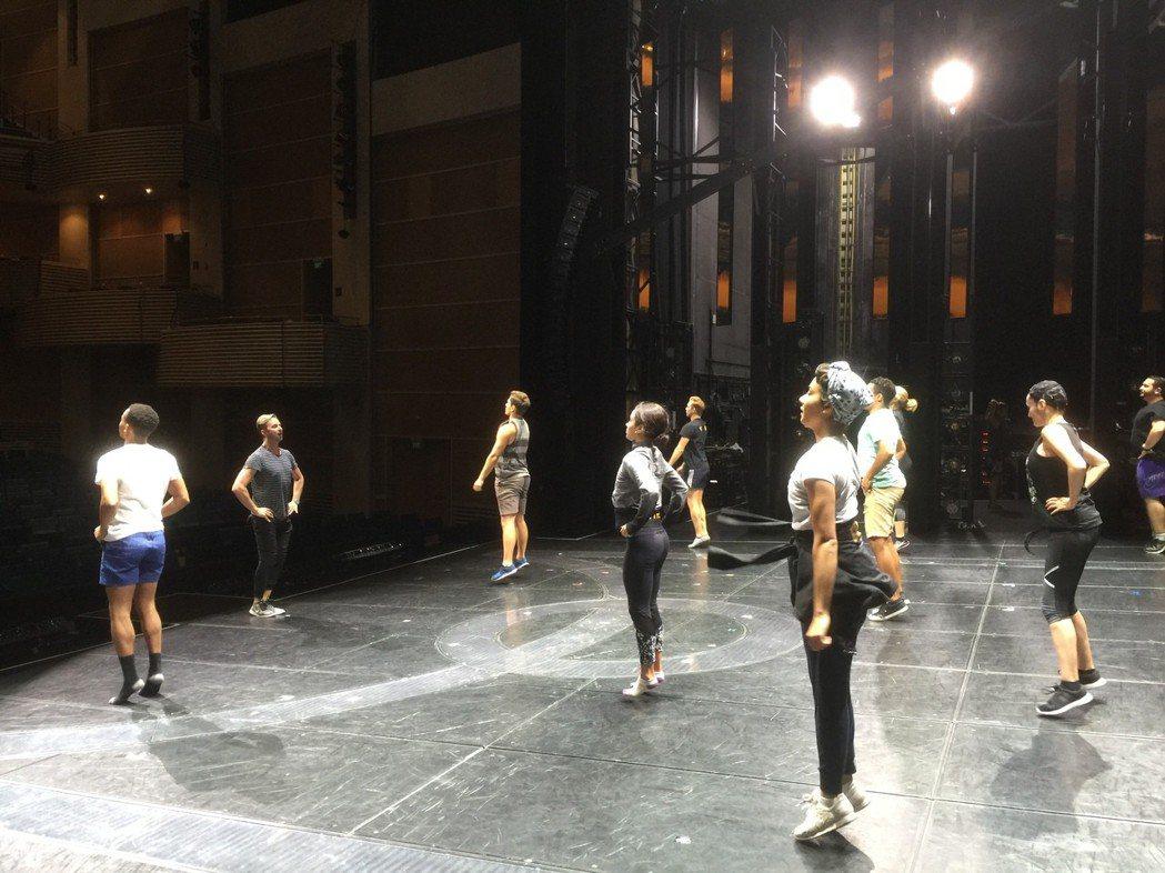 「艾薇塔」演員們在上戲前操練體能,以便維持體力載歌載舞。記者蘇詠智/攝影