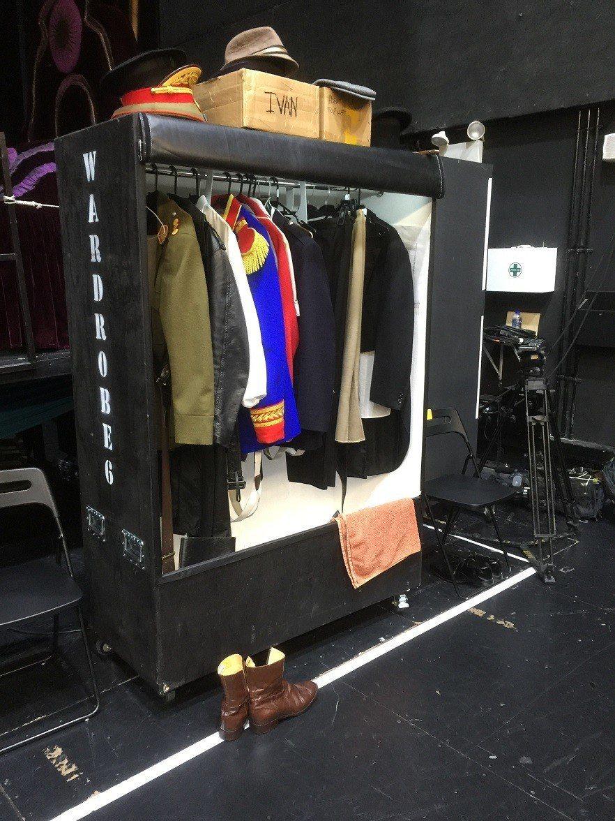 「艾薇塔」戲服數量不小,都有專門的衣櫃存放。記者蘇詠智/攝影