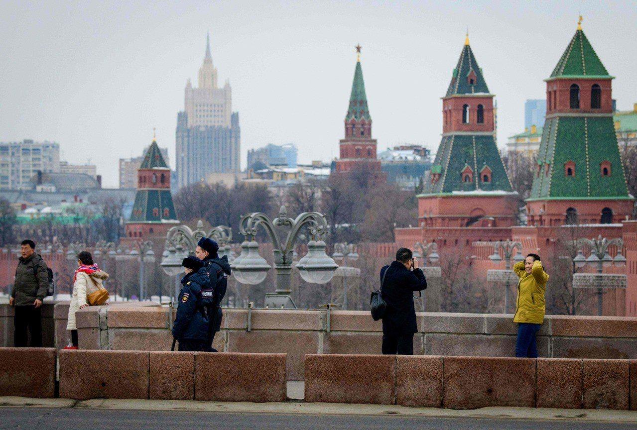 俄國批評美國向其他西方國家施壓,共同驅逐俄國外交官。圖為俄國員警26日在克里姆林...