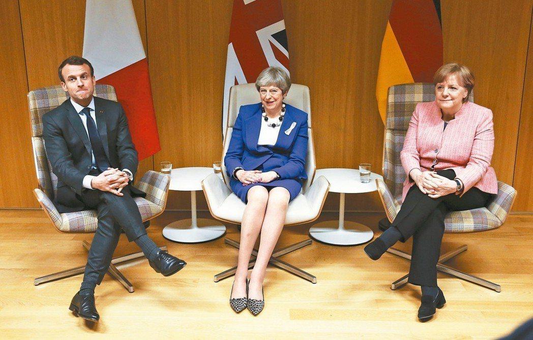 英相梅伊(中)成功說服法國總統馬克宏(左)和德國總理梅克爾(右),發起國際驅逐俄...