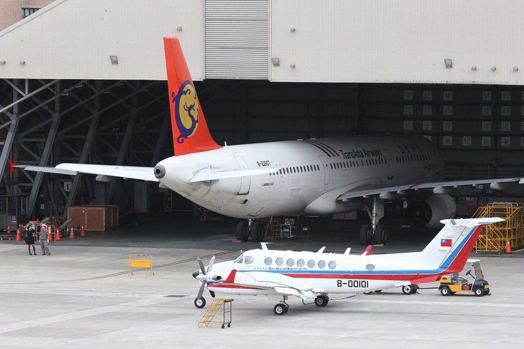 松山機場停機坪與機棚停滿興航的飛機。本報資料照/記者余承翰攝影