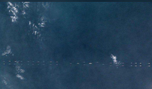 3月26日的衛星照片,顯示遼寧艦與大批共軍艦艇在南海排成縱隊航行。圖/路透