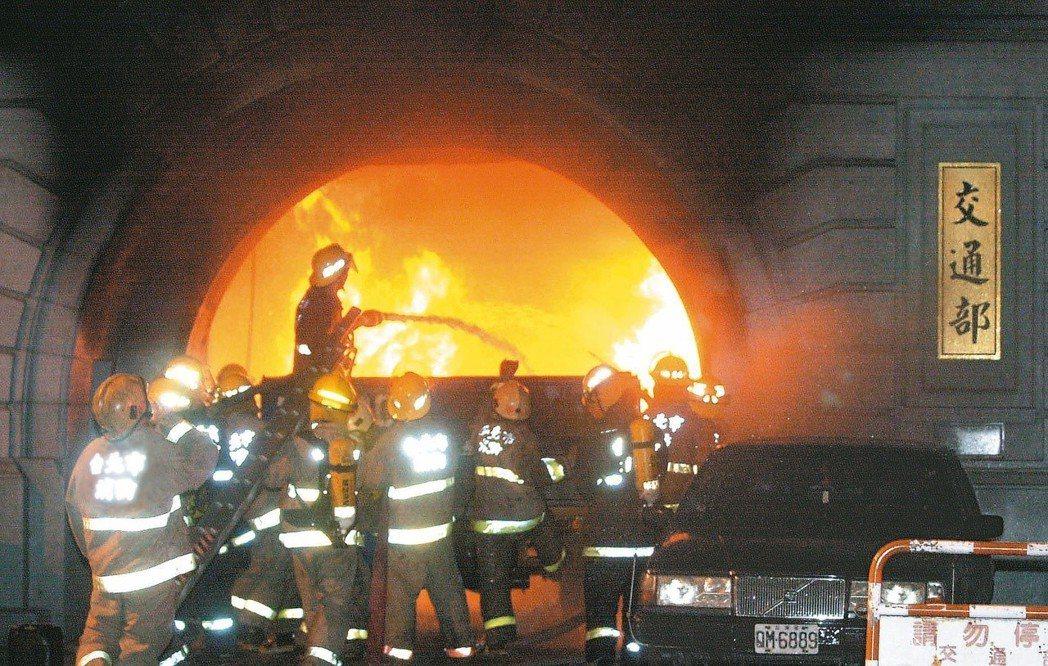 2003年吳桂慶駕駛貨車衝入交通部(現國史館),並在大門引燃大火。由於交通部位於...