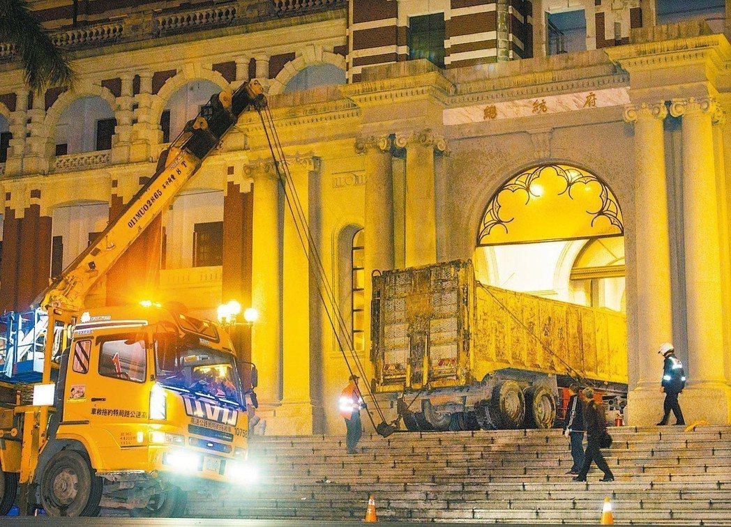 2014年張德正駕砂石車衝撞總統府。 圖/聯合報系資料照片