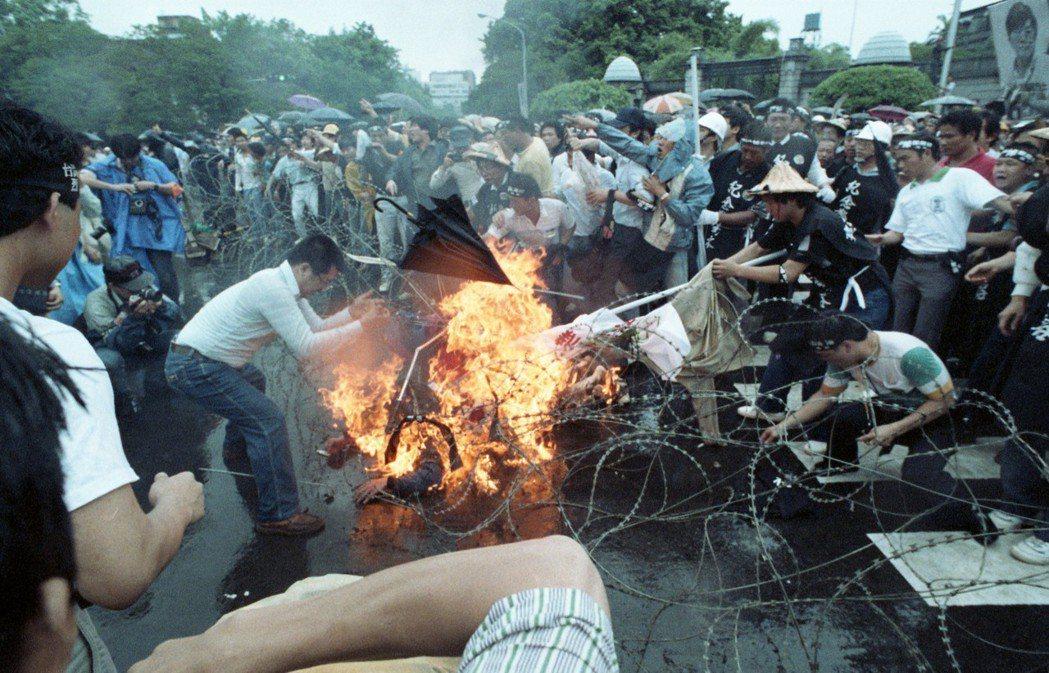 1989年鄭南榕出殯遊行,詹益樺自焚,民眾立即脫下衣服及拿出棉被滅火。 圖/聯合...