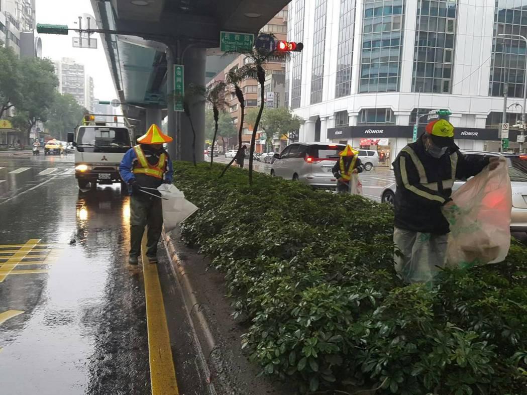 清潔隊員往往要冒著生命危險,穿越車流撿垃圾。 圖/台北市環保局提供