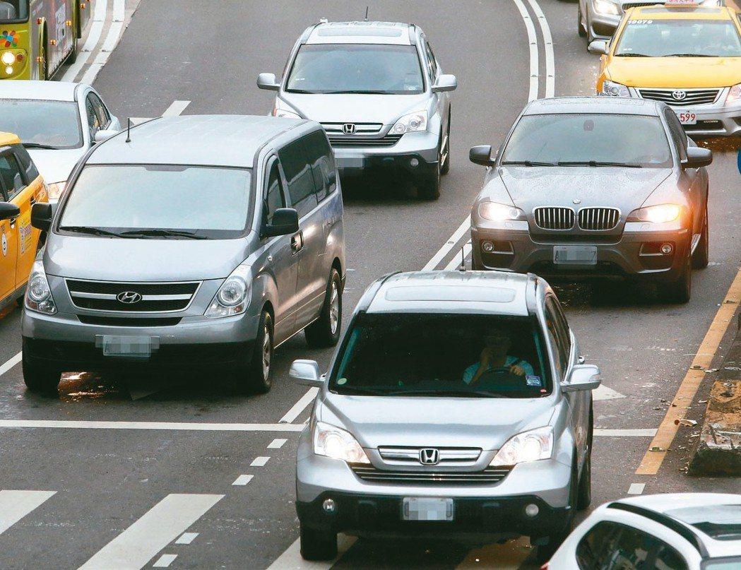 自用車、機車及營業車的使用牌照稅來了,4月1日開徵,繳納期限至4月30日止。 本...