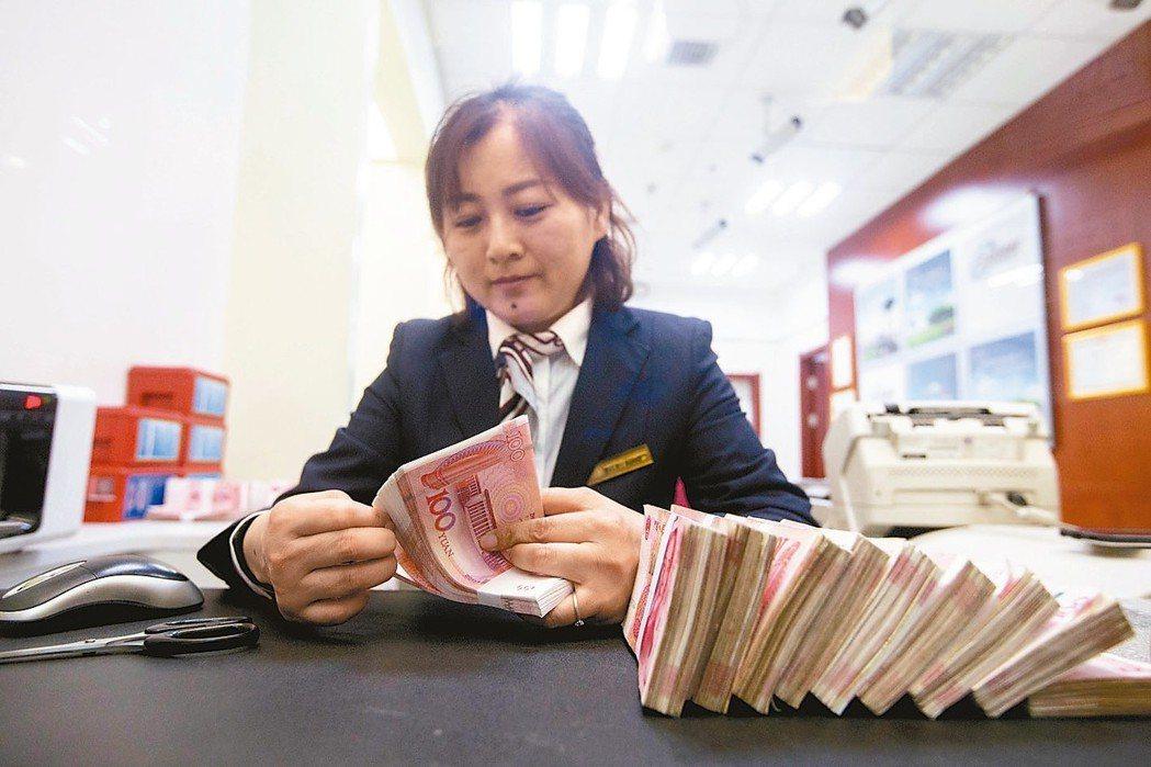 人民幣兌美元匯率中間價6.2816創下近兩年半高點,升值377基點。 (中新社)