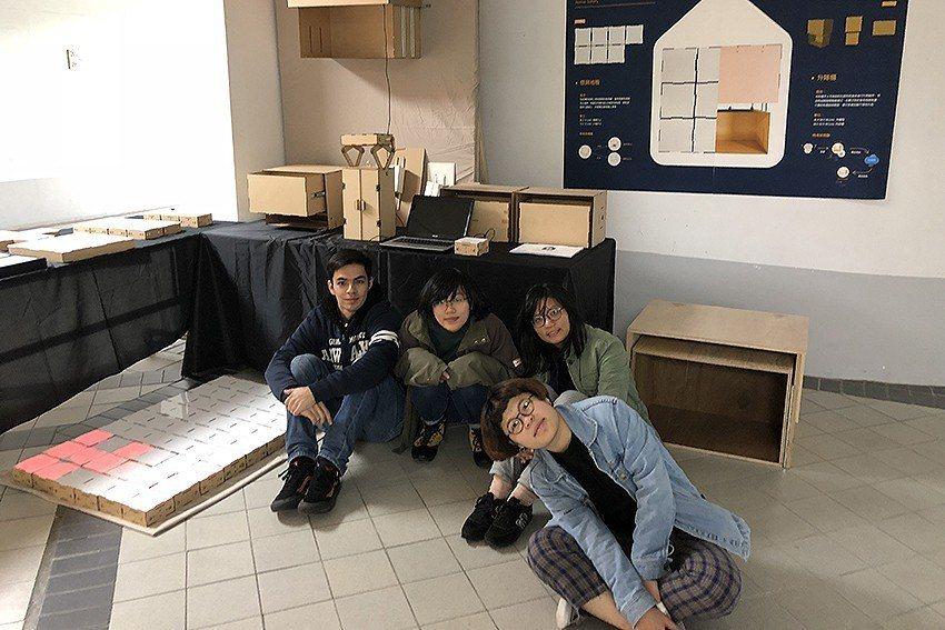 林楚卿老師指導學生,進行IoT智能地磚設計 (如地上有水會有警示的地磚, 防止長...