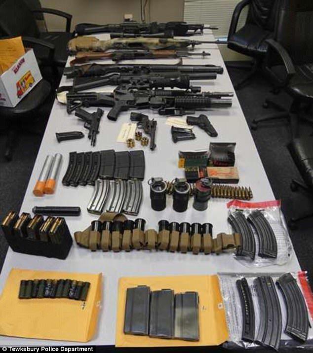 警方在旅館內查獲布雷德利和安德琳·詹寧斯攜帶的武器。(警方提供)