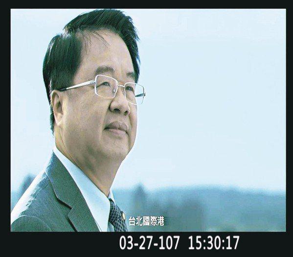 民進黨立委吳秉叡昨天在立法院質詢行政院長賴清德時,播放自己的競選影片。 圖/翻攝...