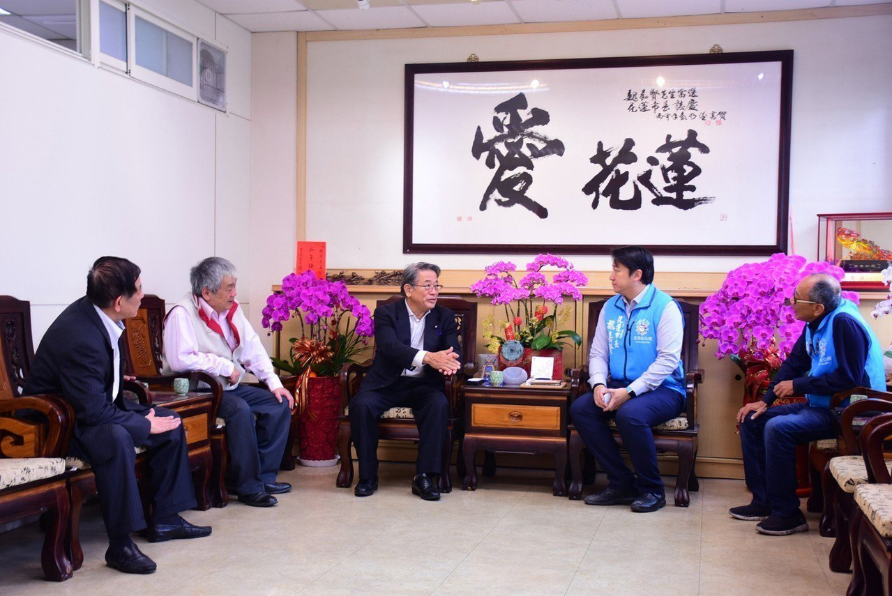 與那國町議長田里千代基(左3)在3月初到花蓮拜會市長魏嘉賢(右2),關切震災,並...