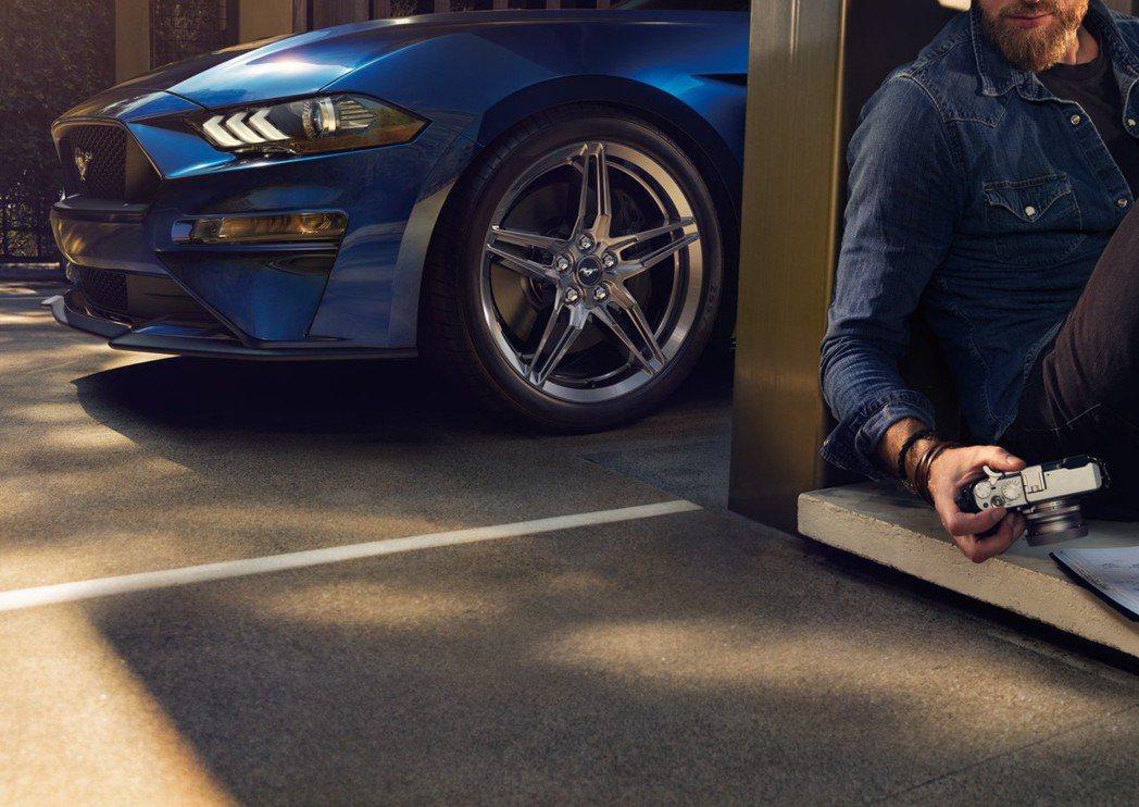 GT Premium車型標配GT性能套件,其19吋高光澤鍛造鋁圈,以密度高、剛性強、重量輕的特性,大幅提升車輛性能,使懸吊運作更為流暢,以節省燃料消耗。 圖/福特六和提供
