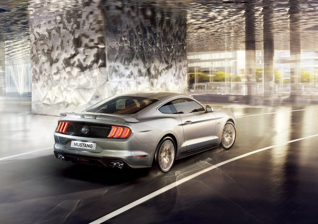 2018 New Ford Mustang全車系燈具全採用LED燈具組,車尾同步標配競速型後擾流尾翼,以高調競技外型為經典美式肌肉傳奇再添搶眼氣勢。 圖/福特六和提供