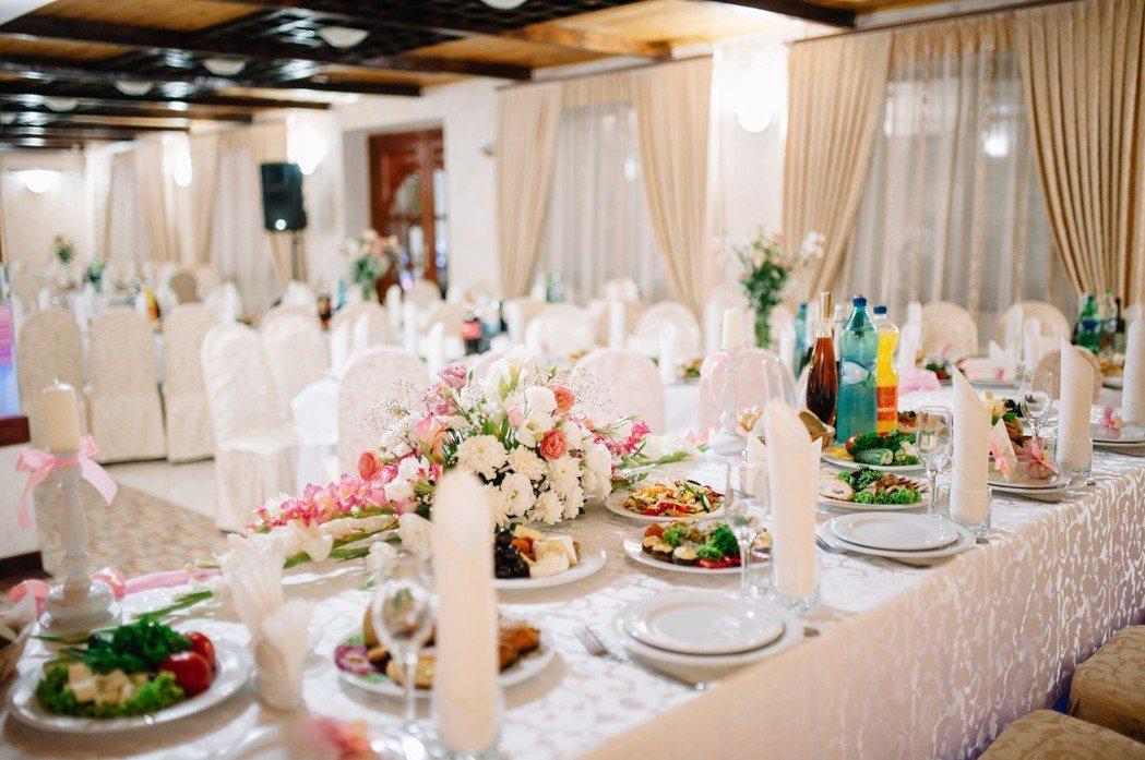 許多大學生認為婚禮不需要有鋪張的儀式。圖片來源/Ingimage